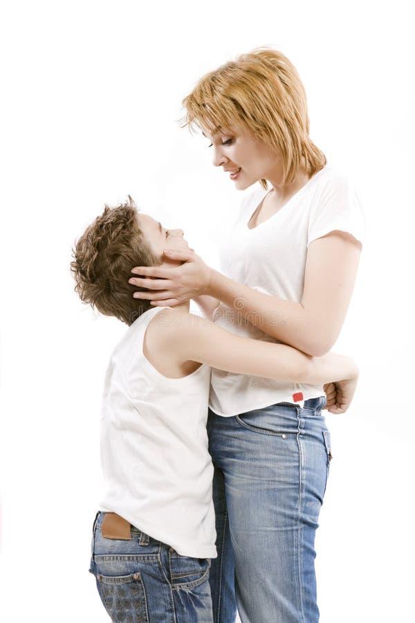 Счастливая мать семьи обнимая ее сына стоковая фотография rf