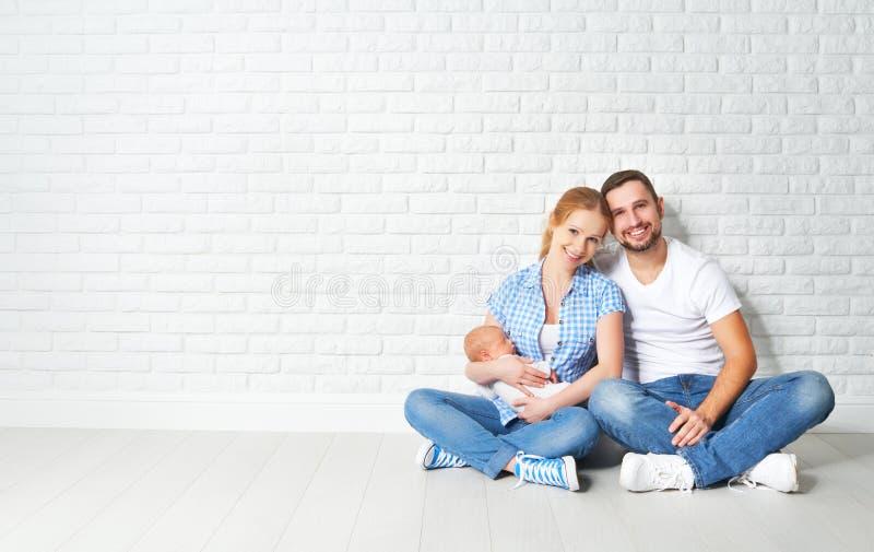 Счастливая мать семьи, отец newborn младенца на поле около blan стоковая фотография