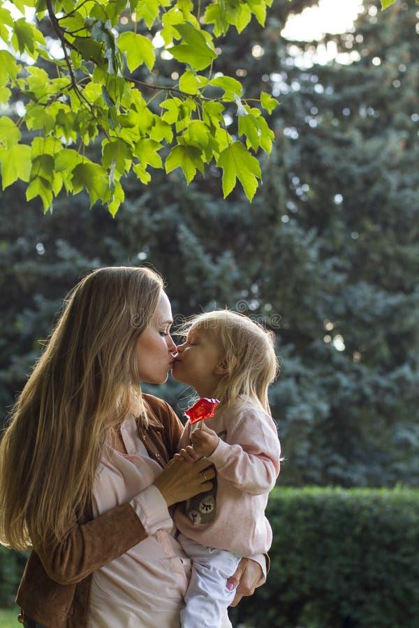 Счастливая мать с девушкой в парке стоковые фотографии rf