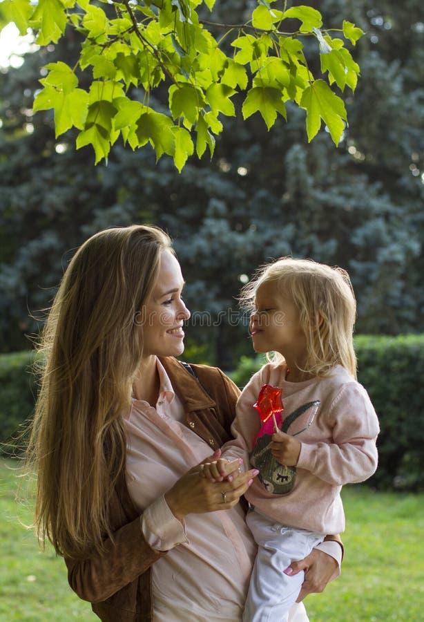 Счастливая мать с девушкой потакает в парке стоковое фото rf