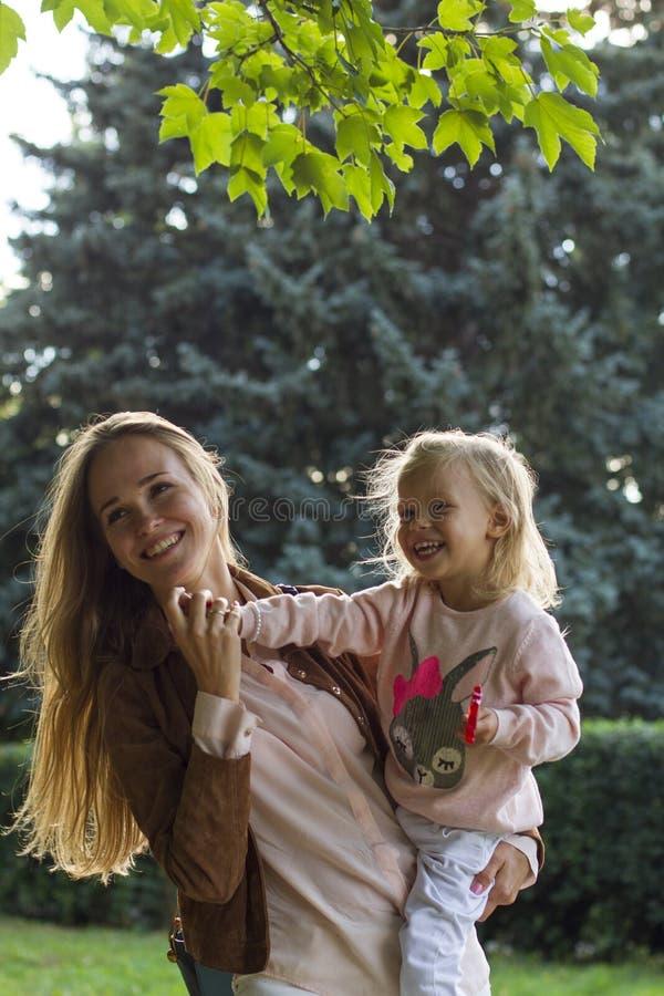 Счастливая мать с ее ребёнком в парке стоковая фотография