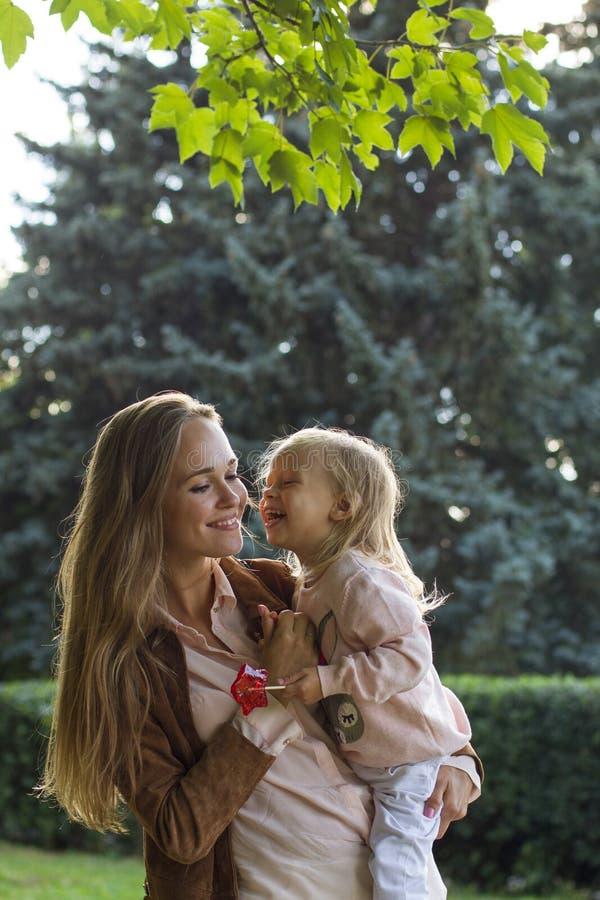 Счастливая мать с ее ребёнком в парке стоковое фото
