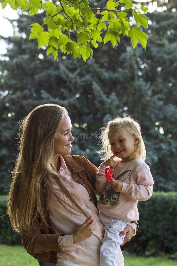 Счастливая мать с ее ребёнком в парке стоковые фотографии rf