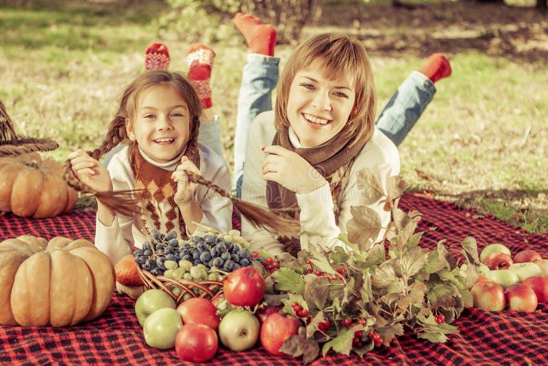 Счастливая мать с маленькой дочерью в парке осени стоковая фотография rf