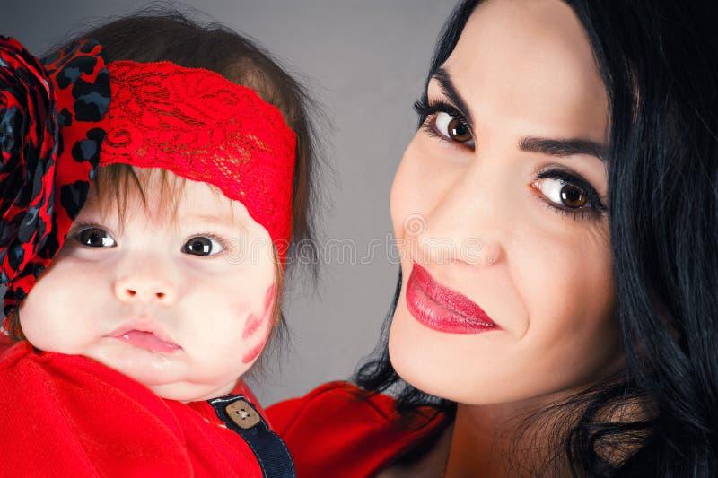 Счастливая мать с младенцем стоковое фото