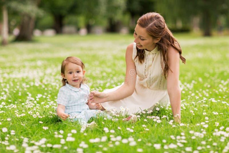 Счастливая мать с ребёнком на парке лета стоковая фотография rf