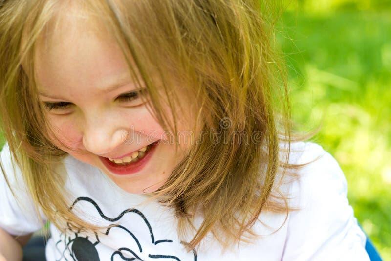 Счастливая маленькая белокурая девушка стоковые изображения rf
