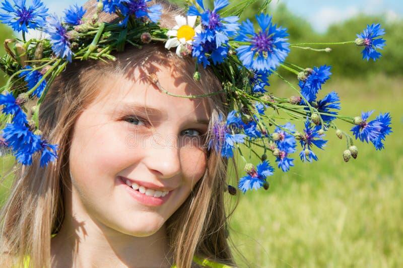 Счастливая маленькая девочка в кроне цветка стоковое фото
