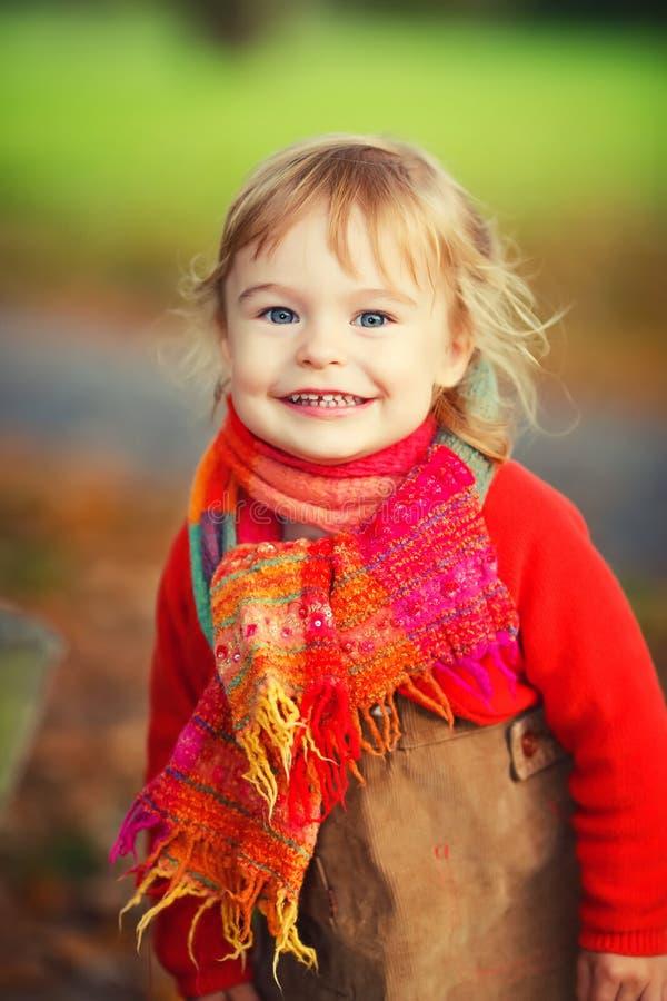 Счастливая маленькая девочка в парке стоковое фото
