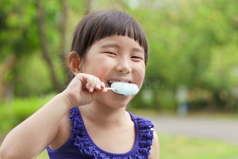 Счастливая маленькая девочка есть popsicle на летнем времени стоковые фото