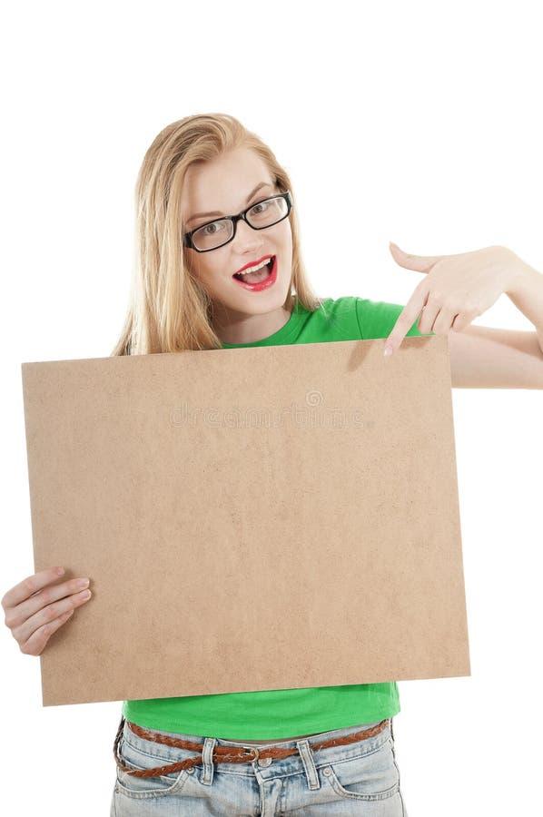 Счастливая маленькая девочка задерживает пустую доску объявлений. стоковая фотография rf