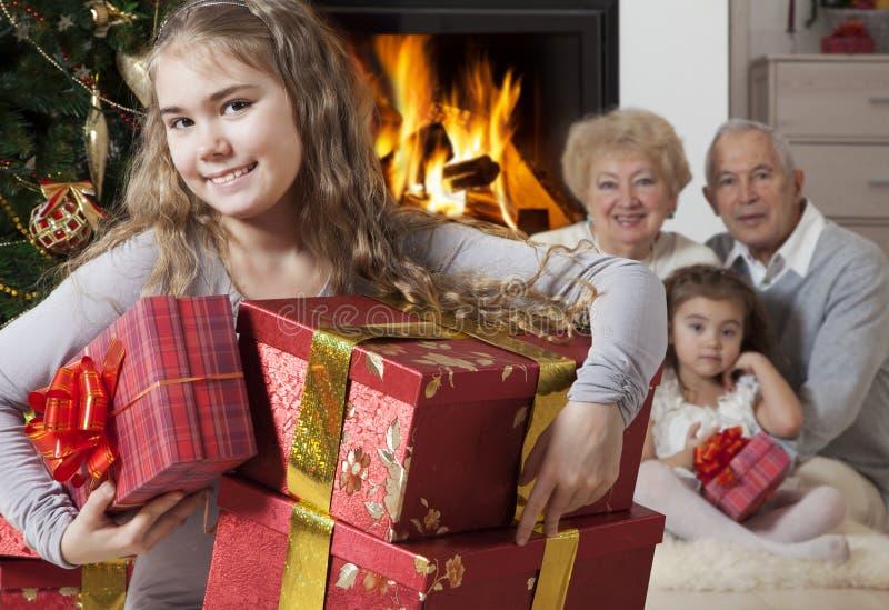 Счастливая маленькая девочка с подарками на рождество стоковое фото rf