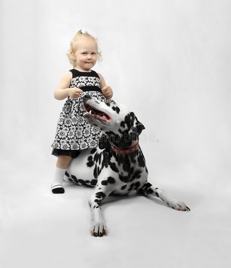 Счастливая маленькая девочка с собакой стоковое фото rf