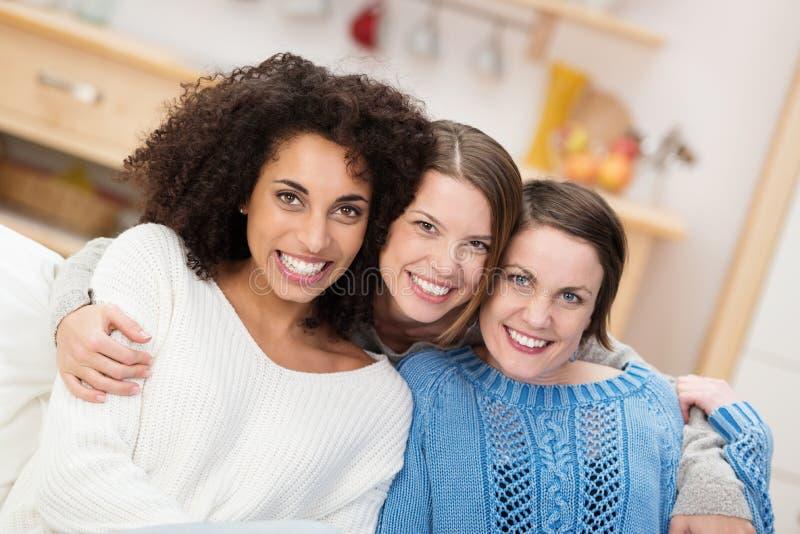 Счастливая многонациональная группа в составе женские друзья стоковое изображение