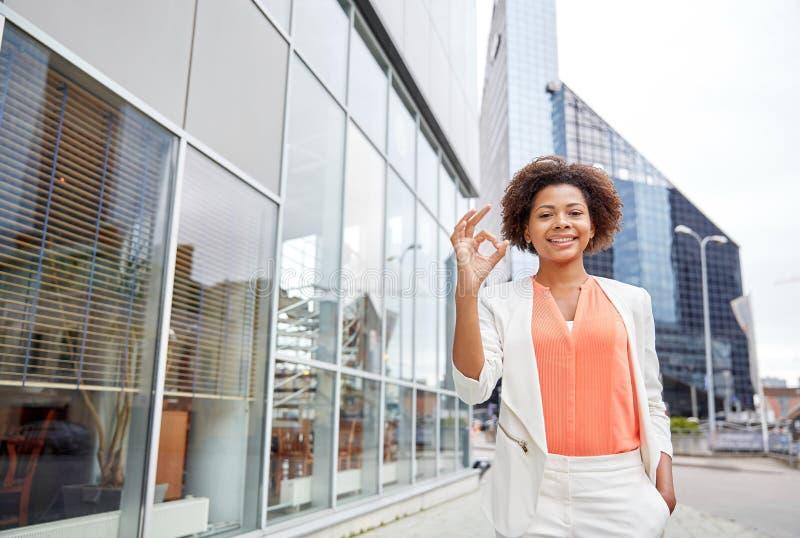 Счастливая молодая Афро-американская коммерсантка в городе стоковые изображения