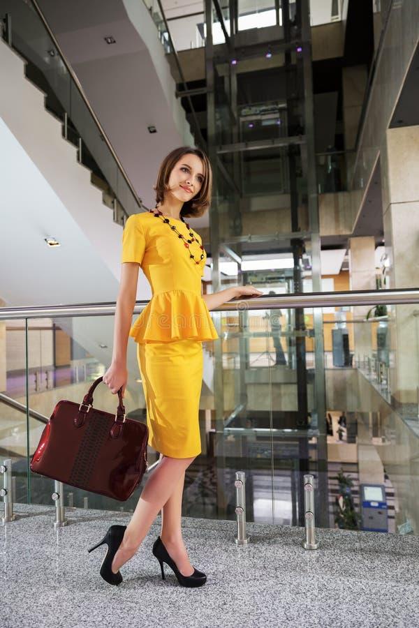 Счастливая молодая бизнес-леди в интерьере офиса стоковое фото
