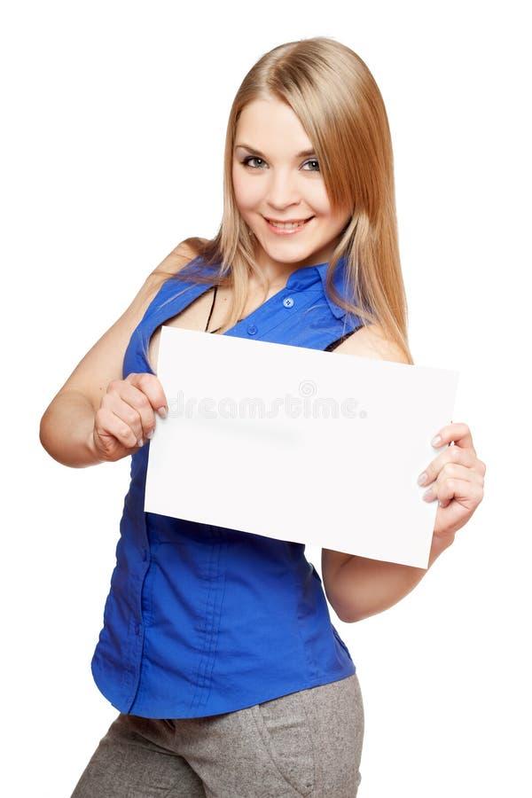 Счастливая молодая блондинка держа пустую белую доску стоковые изображения