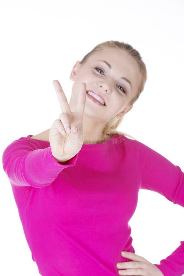 Счастливая молодая девушка подростка показывая знак победы стоковая фотография rf