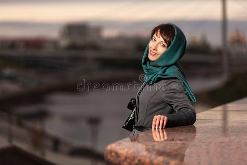 Download Счастливая молодая женщина в классическом пальто Стоковое Фото - изображение насчитывающей backhoe, бобра: 37929612