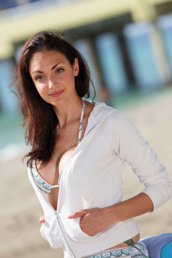 Счастливая молодая женщина в свитере стоковые изображения rf