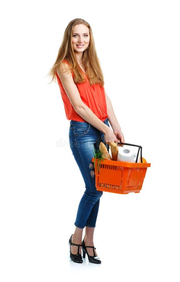 Счастливая молодая женщина держа корзину полный здоровой еды на белизне стоковое фото rf