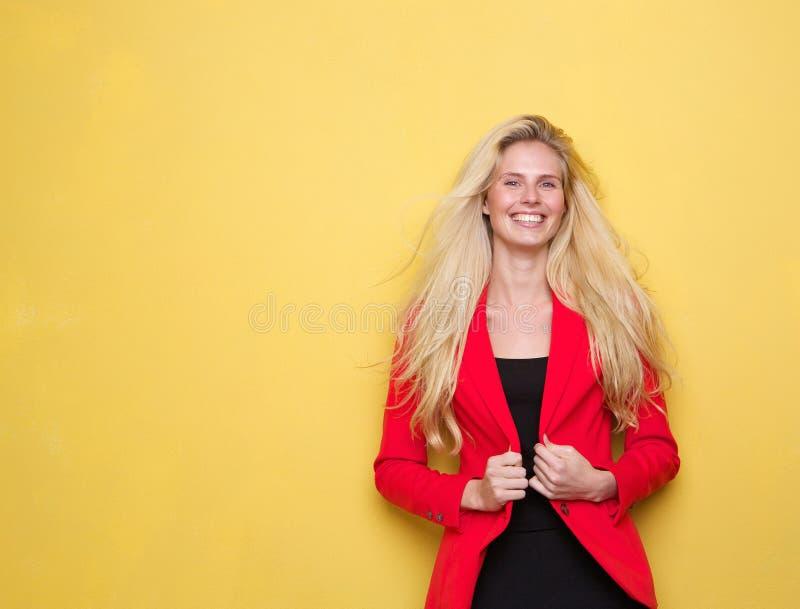 Download Счастливая молодая женщина держа красную куртку Стоковое Фото - изображение насчитывающей куртка, adulteration: 40582960
