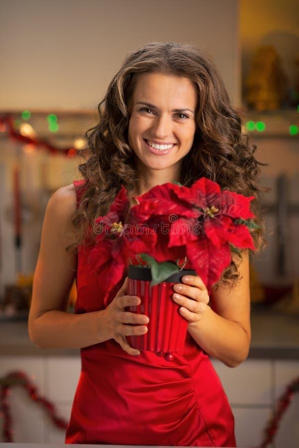 Счастливая молодая женщина держа рождество подняла стоковые фотографии rf