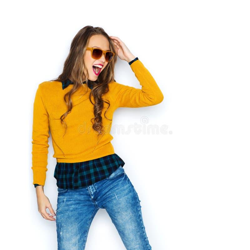 Счастливая молодая женщина или предназначенная для подростков девушка в вскользь одеждах стоковые изображения