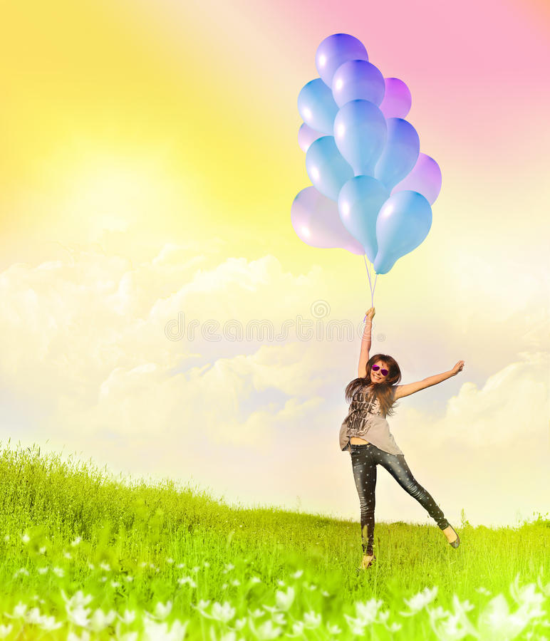 Счастливая молодая женщина и красочные воздушные шары стоковое изображение