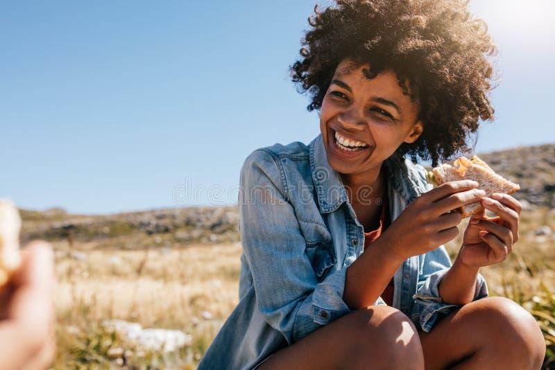 Счастливая молодая женщина принимая пролом во время похода страны стоковые изображения