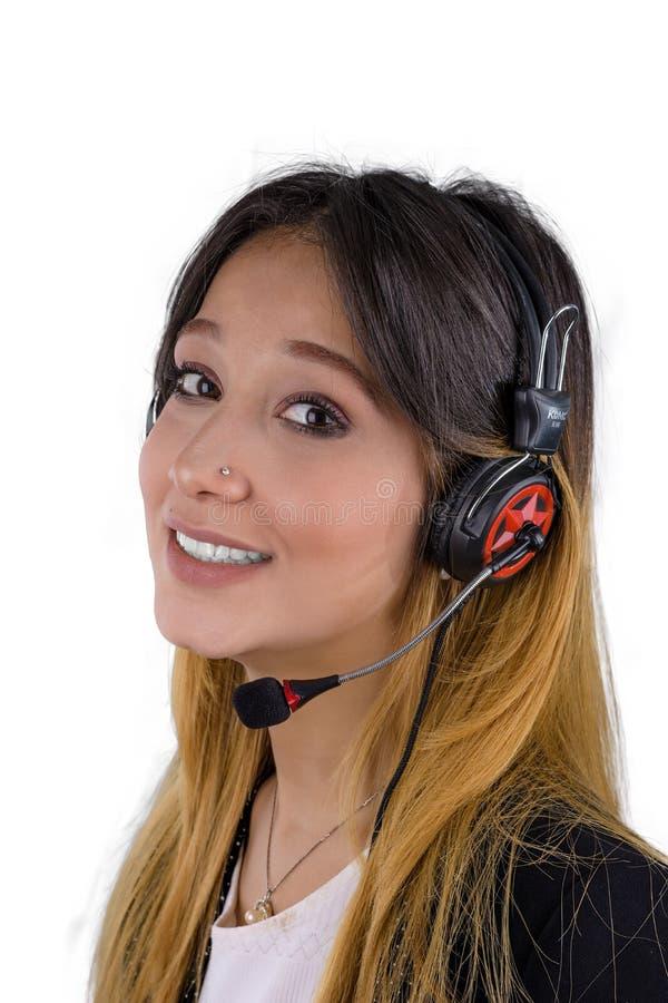 Счастливая молодая женщина работая в центре телефонного обслуживания стоковое изображение rf