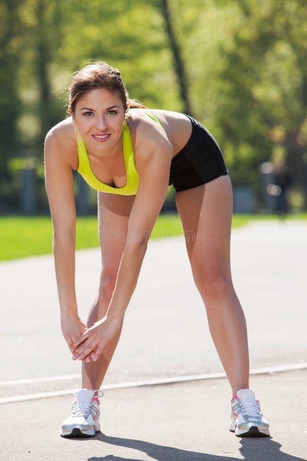 Счастливая молодая женщина работая outdoors стоковое фото rf
