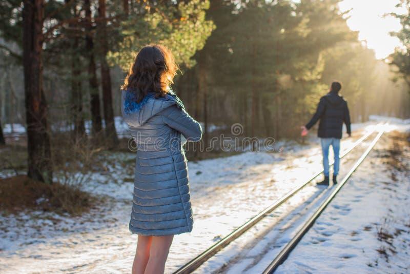Счастливая молодая женщина смотря человека на предпосылке стоковая фотография rf