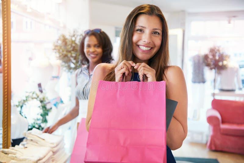 Счастливая молодая женщина схватывая ее приобретения моды стоковое фото rf
