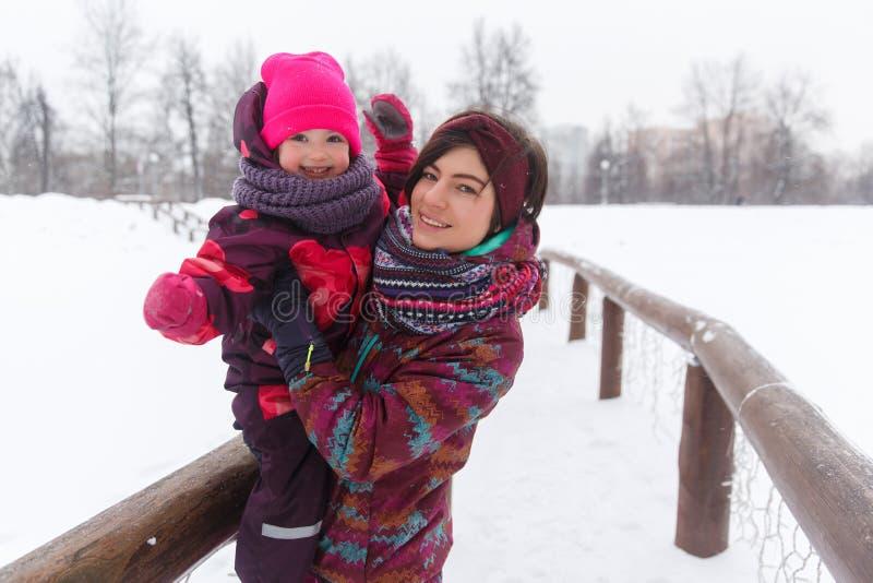 Счастливая молодая женщина с дочерью стоковое изображение rf