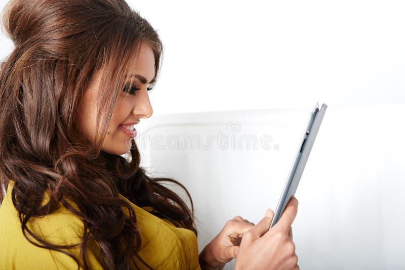 Счастливая молодая женщина с ПК таблетки стоковые изображения