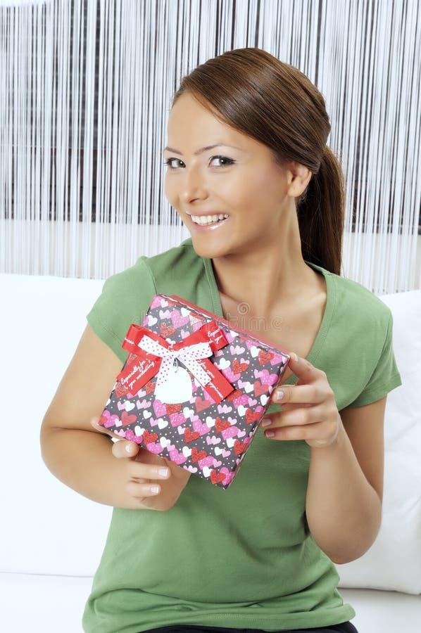 Счастливая молодая женщина с подарочными коробками стоковое фото