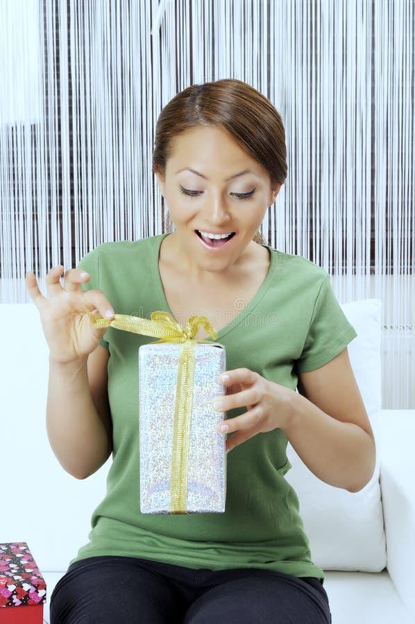 Счастливая молодая женщина с подарочными коробками стоковое изображение rf