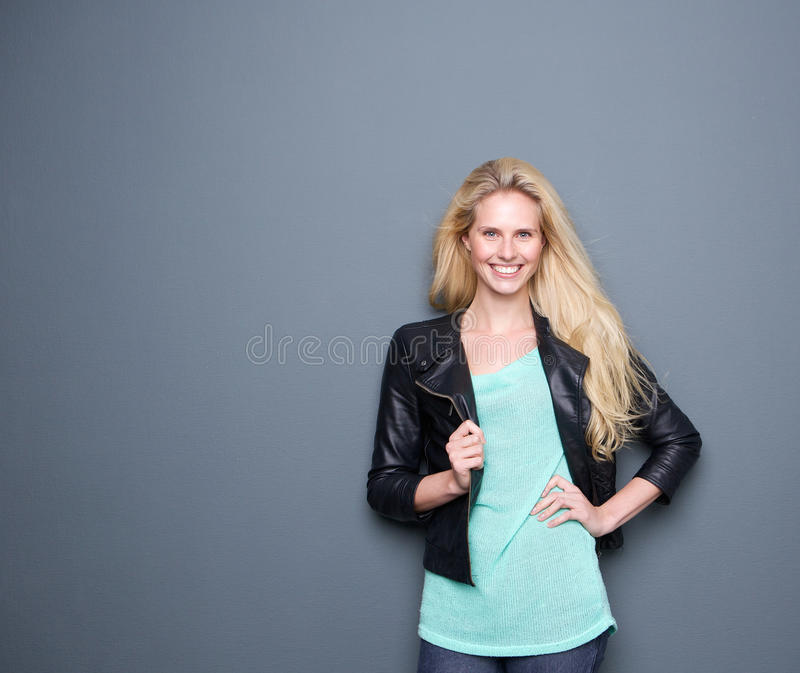 Download Счастливая молодая женщина усмехаясь с черной кожей Стоковое Изображение - изображение насчитывающей красивейшее, куртка: 40583033