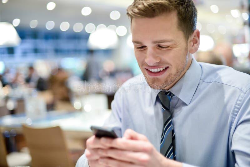 Download Счастливая молодая исполнительная власть используя умный телефон Стоковое Изображение - изображение насчитывающей послание, бизнесмен: 41652221