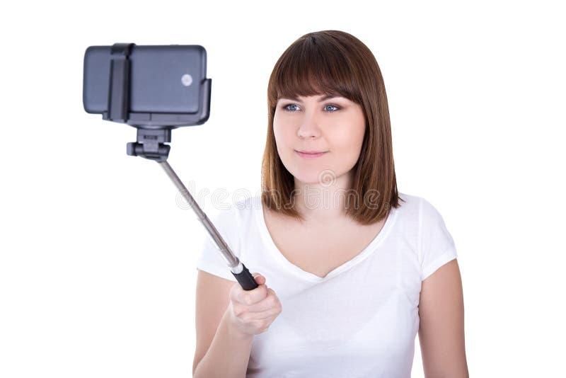 Счастливая молодая красивая женщина принимая фото на умном телефоне с sel стоковая фотография rf