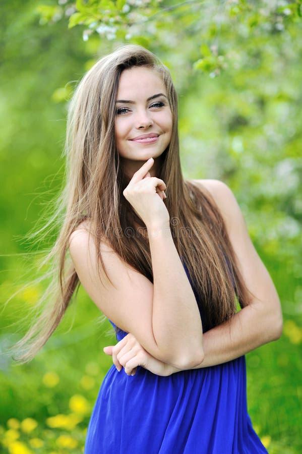 Счастливая молодая красивая усмехаясь девушка - напольный портрет стоковое фото rf
