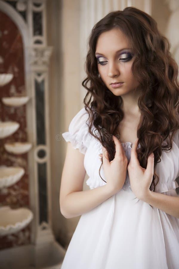 Счастливая молодая невеста с длинными коричневыми волосами стоковые изображения