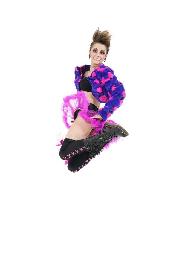 Счастливая молодая панковская женщина скача над белой предпосылкой стоковые фотографии rf