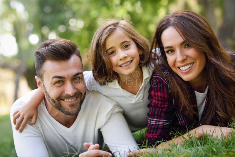 Счастливая молодая семья в городском парке стоковое фото rf