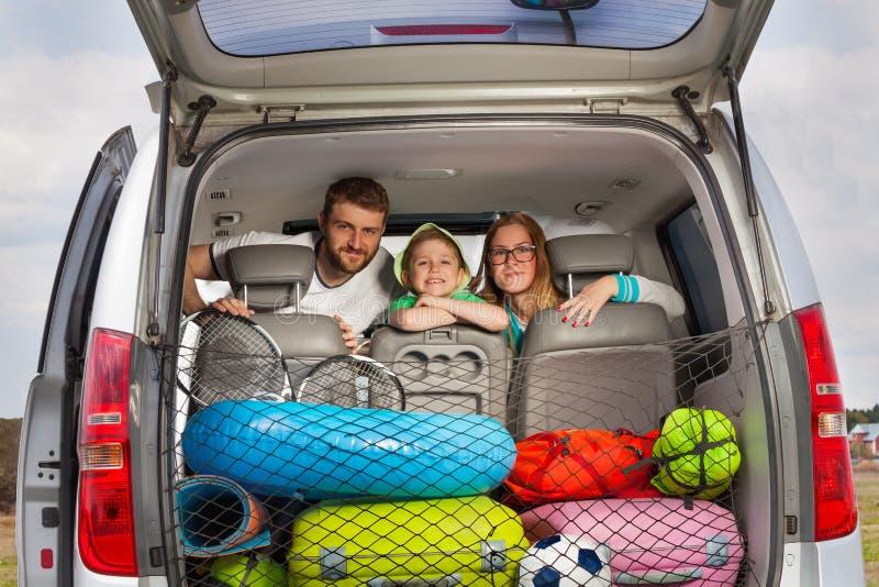 Счастливая молодая семья готовая для отключения автомобиля стоковые фотографии rf