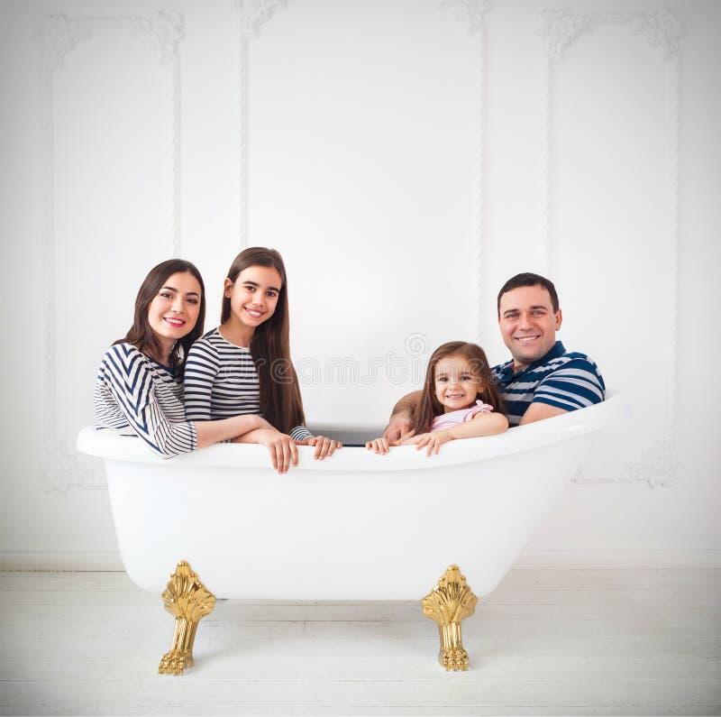 Счастливая молодая семья одетая в матросах стоковое фото rf