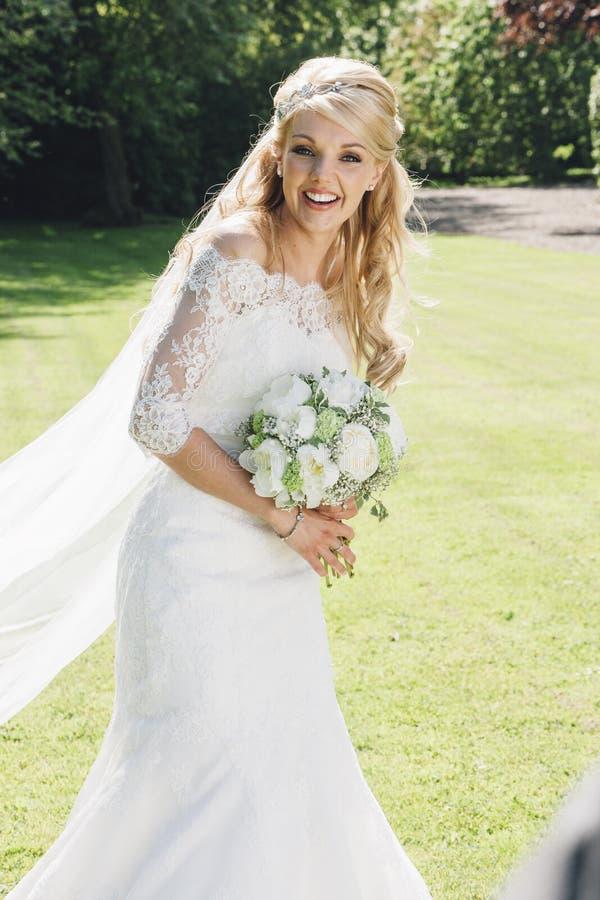 Счастливая невеста на ее большой день стоковые изображения rf