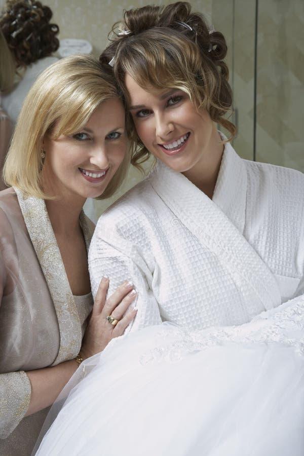 Счастливая невеста с матерью стоковые изображения rf