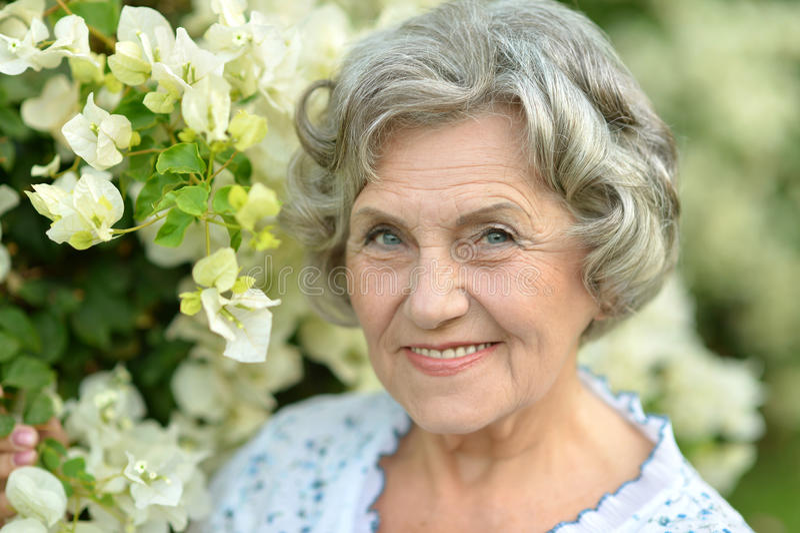 Счастливая пожилая женщина стоковая фотография